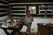 Paní Kotěrová vyrábí panenky z látky. Výroba jedné jí trvá necelou hodinu.