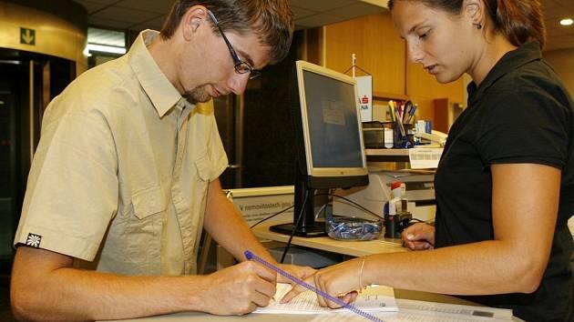 Zatím klasika. Na úřadech se i přes nařízení ministerstva informatiky stále podepisují klasicky.