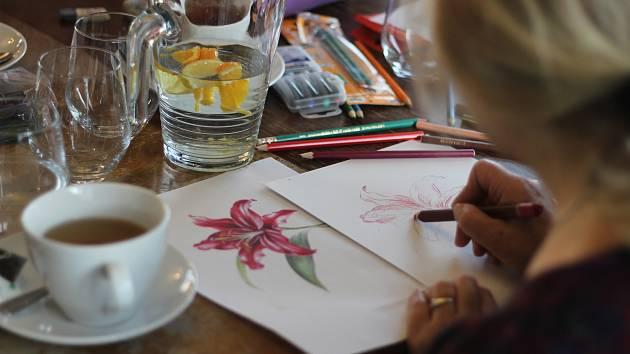 Kreslení u kavárenského stolu v kavárně Kovárna v Ledči nad Sázavou