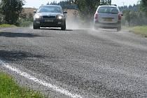 S opatrností museli řidiči motorových vozidel projíždět ostrou zatáčkou u Dolní Krupé. Silničáři daný úsek na doporučení odborníků zdrsnili. Za pomoci asfaltové emulze a štěrku.