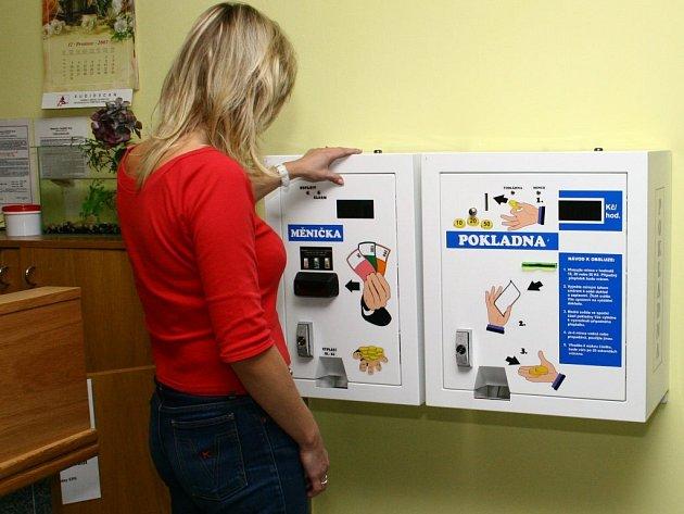 Peníze rozměněné v automatu vlevo ihned rád pozře  jeho kolega napravo.