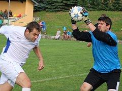 Penaltu v zápase s Leštinou proměnil světelský gólman Jindřich Adamec (vpravo), ale rozhodčí mu ho neuznal pro včasné vběhnutí spoluhráče do pokutového území.