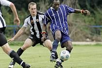 Největší ofenzivní klenot Staré Říše Ali Osumanu (v modrém) do nedělního šlágru v Havlíčkově Brodě nenastoupí. Ze hry vyřadilo ghanského útočníka zranění z předchozího zápasu s Okříškami.