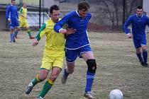 Bývalí spoluhráči se potkali na hřišti v derby Dlouhá Ves – Pohled. Tomáš Říha (v modrém) dlouhá léta oblékal právě dlouhoveský dres a byl spoluhráčem Josefa Lukačiny (vlevo).