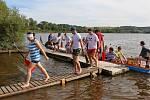 Závody dračích lodí na rybníku Řeka u Krucemburku.