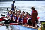 Závody dračích lodí na rybníku Řeka, kterých se zúčastnily děti ze základních škol