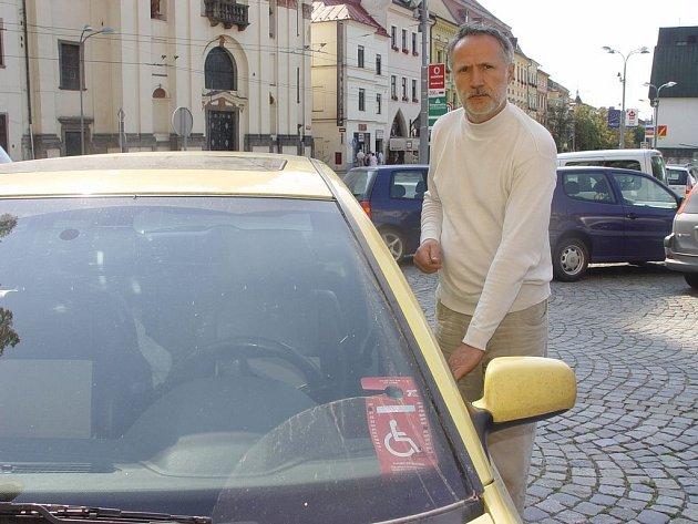 Texaská karta postiženého v Česku neplatí. Igor Vrábel nesouhlasí s postupem policisty, který mu dal pokutu. Podle mužů zákona však cedulka, kterou má invalida za okénkem, neplatí mezinárodně. Navíc z ní prý není jasné, kdo ji vydal a pro jaké vozidlo.