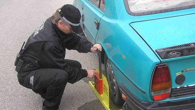 Dostal botičku. Parkování tam, kde se to nemá, a další přestupky městští strážníci tolerovat nemohou. Zákon platí pro každého, byť si přistižení často a hlasitě stěžují.
