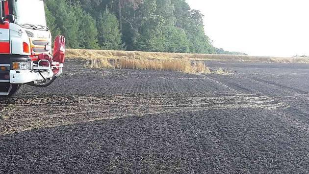 Likvidace požáru obilného pole u Heřmanic.