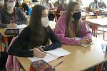 Studenti havlíčkobrodského gymnázia se vrátili do školy. Někteří brali ukončení velkých prázdnin s humorem.