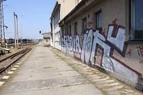Nevítané malby. Činností vandalů trpí nejvíce budova žďárského nádraží a přilehlé Správy tratí.