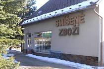 Prodejně se smíšeným zbožím se v Podmoklanech neřekne jinak, než vesnický parlament.