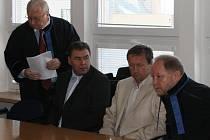 U soudu. Zleva: Právní zástupce Ladislava Horkého Richard Maleček, bývalý lipnický starosta Ladislav Horký, podnikatel Pavel Pavlík a jeho advokát.