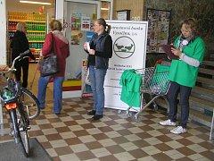 Bez vydatné pomoci dobrovolníků se žádná potravinová sbírka neobejde.