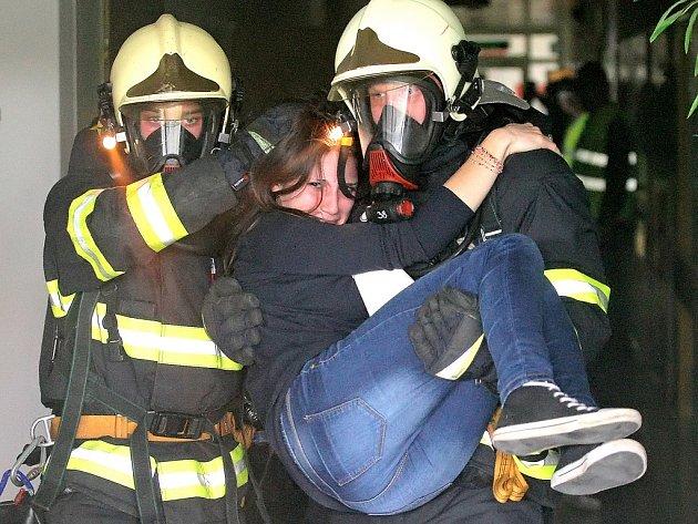 V pátém patře nemocnice v Havlíčkově Brodě hoří. Je třeba zachránit patnáct pacientů.