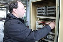 Martin Hrančík při kontrole elektrických rozvodů horizontky v havlíčkobrodské firmě Technocom Plus.