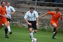 Doma bez prohry. Touto bilancí se mohou po jarní části chlubit fotbalisté Havlíčkovy Borové (v oranžovém), kteří na vlastním hřišti pět zápasů vyhráli a jeden remizovali.