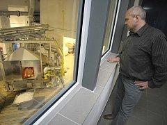 Libor Neumann (na snímku) zasvětil sklu celý svůj profesní život. Vyučil se sklářem a prošel několika sklářskými provozy. Pracoval například ve Světlé nad Sázavou, ale také ve sklářské huti v Tasicích.