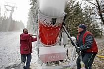 Pracovníci lyžařského střediska ve Vysoké měli včera napilno. Využili příznivého mrazivého počasí a zasněžovali za pomoci tyčových sněžných děl tamní sjezdovku.