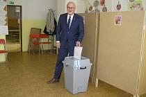 Volební komise v Základní škole kole V Sadech s velkou účastí voličů nepočítá. Mezi prvními přišel i brodský starosta a senátor Jan Tecl.