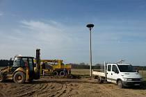 Služby města instalovaly umělé hnízdo pro čápy bílé. Příbytek byl umístěn na nově postavený 12 metrů vysoký betonový sloup u řeky Doubravy.
