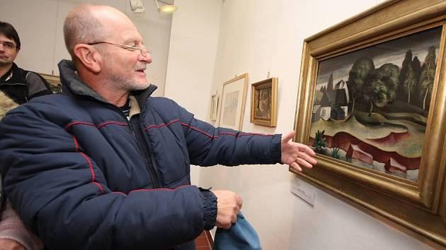 Známá místa. František Endrle, jehož dědeček Josef Panský chodil s Janem Zrzavým do školy, obdivuje obraz Špejchar v Okrouhlici.