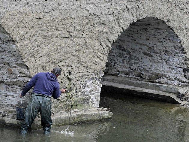 Omítnutí historického kamenného mostu v Ronově nad Sázavou prosadili památkáři.