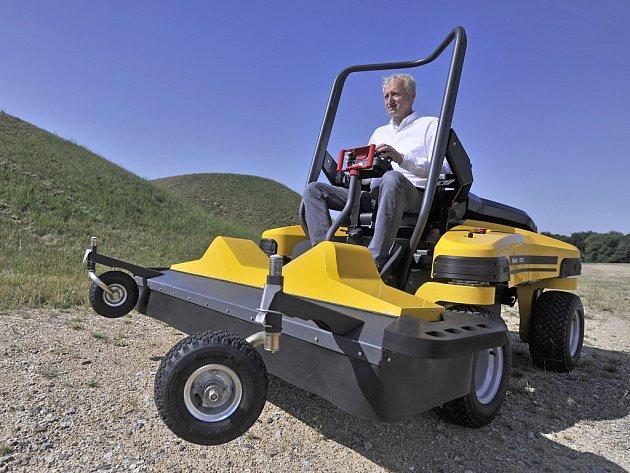 Pohledská firma a její zakladatel Lubomír Dvořák (na snímku) představili novou sekačku na trávu.