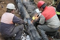 Pohonné hmoty, které unikaly z navrtaného potrubí, zamořily na dvanáct tisíc kubíků zeminy a znečistily podzemní i povrchové vody. Sanační práce trvaly více než rok.