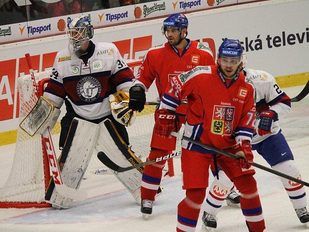 Návrat na známá místa prožil ve středu večer obránce Bohumil Jank (v popředí). V Havlíčkově Brodě, kde letos odehrál celkem jedenatřicet utkání,  se totiž představil společně se spoluhráči z národního týmu v duelu s Norskem.