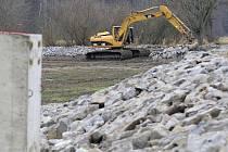 Bagr. Ten je během úprav hrází rybníků a jejich dna často k vidění. Tento stroj například pracoval během podzimu na rybníku Pobočný u Starého Ranska.