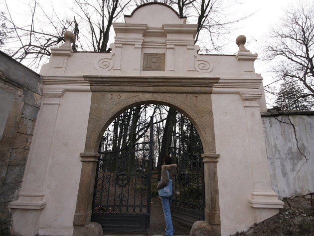 """Že to havlíčkobrodská radnice myslí se """"vzkříšením"""" starého městského hřbitova vážně, svědčí už opravená vstupní brána. Dostala nový kabát a čitelný se na ní stal letopočet, který prozrazuje, že byla postavena v roce 1617."""
