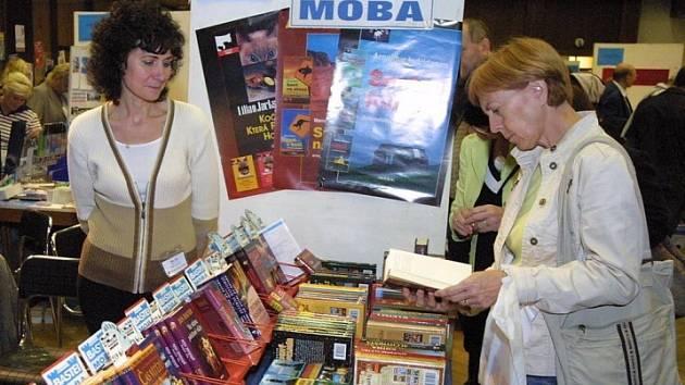 Knih byly tisíce a tisíce. Přesný počet titulů, nebo dokonce kusů knih nabízených na veletrhu se nikdo ani nepokoušel počítat. Byl by to téměř nadlidský úkol.