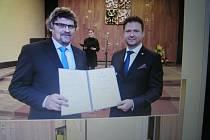 Starosta Zdeněk Rafaj převzal z rukou předsedy Poslanecké sněmovny PČR Radka Vondráčka dekret vyhotovený na ručním papíře o stanovení Lipnice nad Sázavou městem.