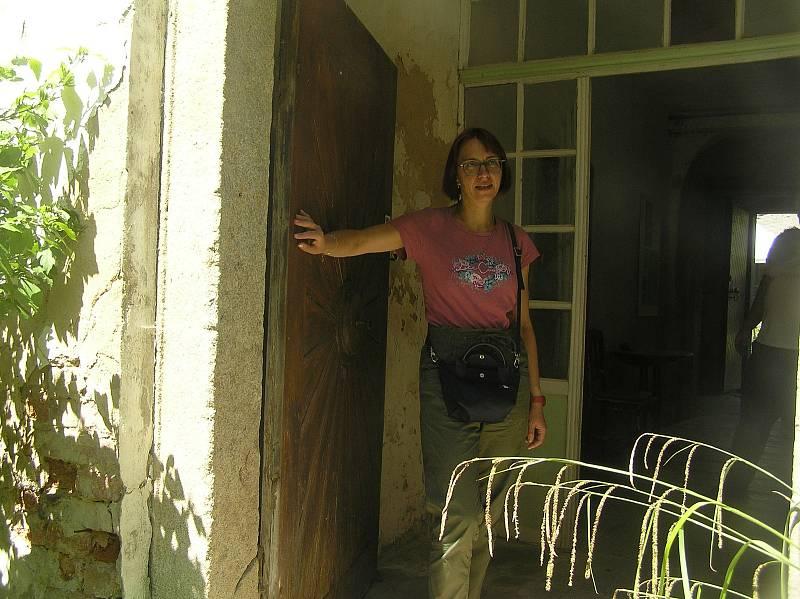 Reynkův zámeček v Petrkově se rozpadá a zahrada kolem něj, kdysi krásná se změnila v prales. Spisovatelce Lucii Tučkové připadl nelehký úkol. Změnit tuto místo v důstojné centrum kultury.