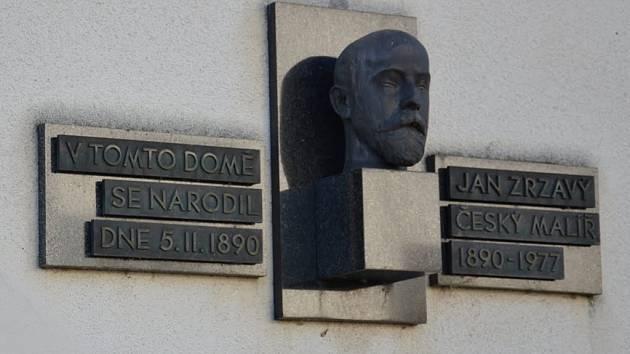 Místo, kde se Jan Zrzavý narodil, dnes připomíná pamětní deska v Okrouhlici.