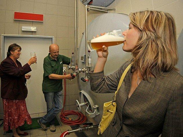 Chotěbořský sládek Oldřich Záruba čepuje pivo přímo z ležáckého tanku. Ochutnala ho i místostarostka města Jana Tomášková (vlevo).