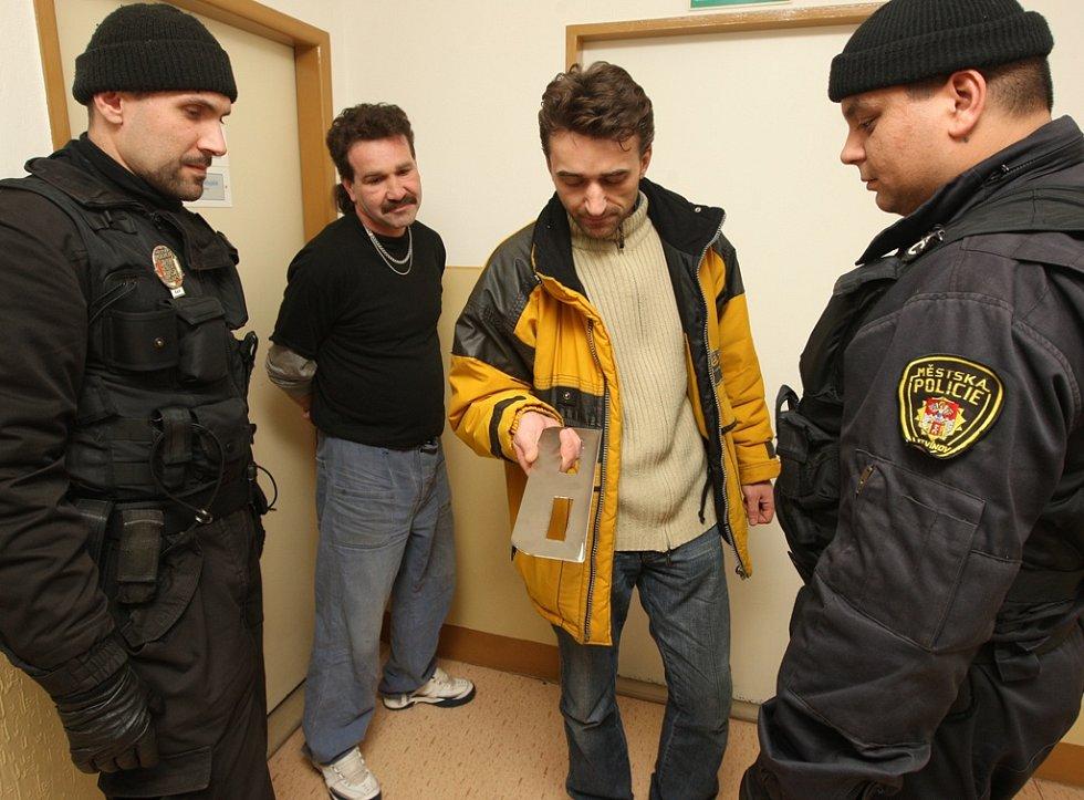 Podomní prodej. Na dodržování vyhlášek  o zákazu podomního prodeje dohlížejí strážníci obecních policií.