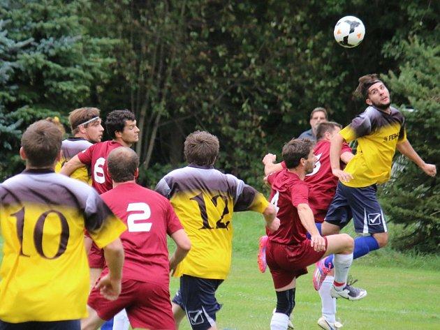 Druhou domácí porážku za sebou si připsali fotbalisté Borové (v červeném), kteří prohráli s Ledčí gólem z první minuty zápasu, z gólu se radoval Filip Gramer.