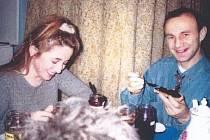 Karmen Lucenková a její manžel Nikolaj Lucenko už měli v minulosti problémy se zákonem. Falšovali recepty a míchali pochybné lektvary. Zhoršená kvalita snímku vychází již z originální fotografie.