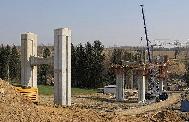 Nejvyšší  bod nového silničního mostu, který  se stane součástí obchvatu České Bělé, dosáhne výšky rovných třiadvaceti metrů.  V těchto dnech  pracovní čety montují  železné armatury jednotlivých betonových pilířů mostu. Ten překlene údolí říčky Bělé.