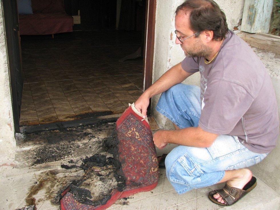 Po řádění nočního žháře zůstaly naštěstí jen ohořelé dveře. Následky však mohly být v případě požáru mnohem tragičtější. V domě reportéra Martínka spala i jeho žena a tři malé děti.