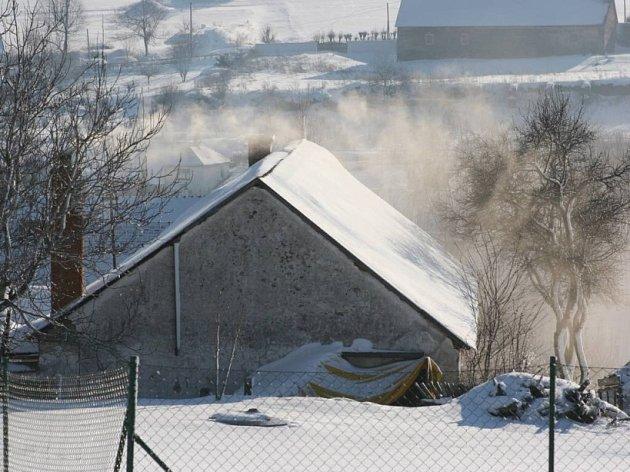 Kouř stoupá. Uhelný dým se bude zřejmě ještě dlouho vznášet nad střechami některých obcí , ba i měst. Ekologické topení, tak, jak by si ho představovali ochránci přírody, není pro všechny (ilustrační foto).