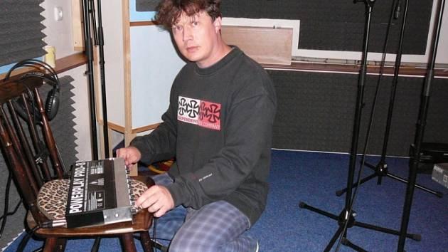 Honza Anderle sedí u pultu v nahrávacím studiu. Tady vznikají nová alba, tady vybírá zvuky a dává je dohromady tak, aby písničky oslovily fanoušky, kluby i rádia.
