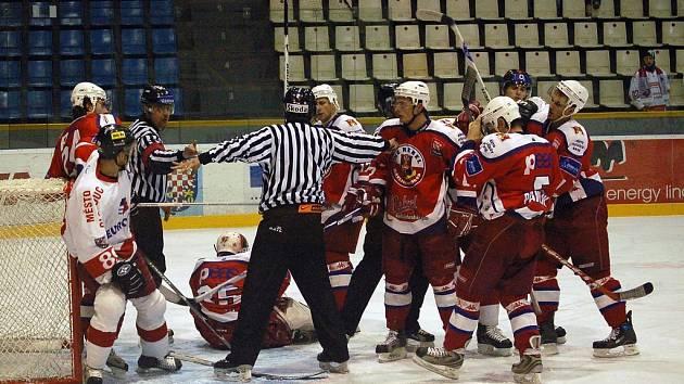 Brodští hokejisté (v červených dresech) si z Olomouce přivezli cenné body za vítězství.