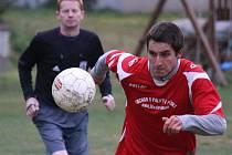 První jsou po pěti kolech v okresním přeboru fotbalisté Šmolov (v červeném), kteří si doma poradili s Přibyslaví B.