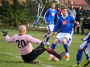 Fotbalisté přibyslavské rezervy (v modrém) nestačili na favorita soutěže, céčko Havlíčkova Brodu. Na domácí půdě mu podlehli 5:2.