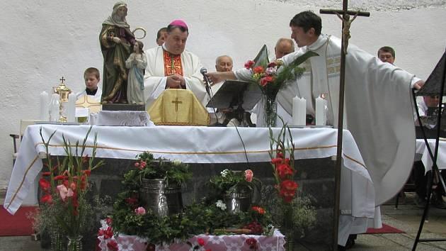 Odvaha a vytrvalost. Ta rozhodně nechybí  faráři  Jakubu Janu Medovi (vpravo). V každé farnosti, ve které působil, se snažil o  obnovu církevních památek. Například pro  kostel sv. Ondřeje v Pohledu zajistil nové zvony.