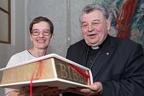 Reynkova vnučka a kardinál Dominik Duka s vydáním Jeruzalémské bible, jejíž součástí jsou i Reynkovy grafiky.