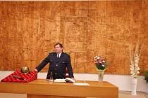 Největší dřevěný reliéf na Vysočině, a kdo ví, zda vůbec ne v celém Česku, se nachází v reprezentačním sále zámku v Přibyslavi, který ve městě před 450 lety postavil Zachariáš z Hradce. Plastika z lipového a javorového dřeva je široká 7 m, vysoká 3,5 m.